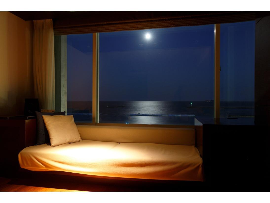 満月の夜には幻想的な「ムーンロード」。昼の海とは違う景色が楽しめるのも、オーシャンビュー客室ならでは。窓辺のカウチソファから海を眺めながらゆったりとした時間の流れを満喫していただけます。
