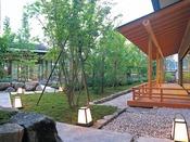 心落ち着く日本庭園を眺めながら、癒しの時間をお過ごしください。