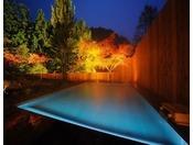 露天風呂:夜※幻想的な光の中、浮かび上がる新露天風呂。至福のひと時をお過ごしください