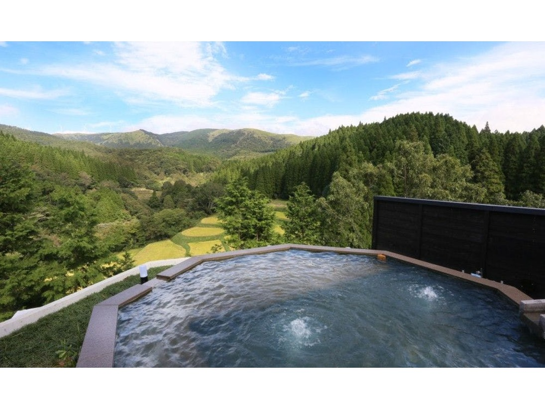 【貸切風呂】四千坪の敷地の頂には、九州の雄大な山々を360度パノラマで見渡せる「天空露天」をご用意しました。予約制ですが空いていれば何度でもご利用いただけます