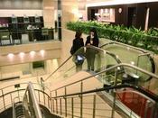 フロントは2階でございます。エスカレーター、エレベーターをご利用下さいませ。