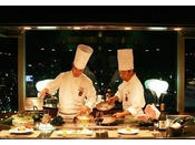 19F鉄板焼【備彩】最高級の岡山特産千屋牛をはじめ、瀬戸内の新鮮な魚介類など厳選された山海の素材を、目の前でダイナミックに香ばしく焼き上げます。絶妙な料理人の手さばきと旬の味わいをじっくりとお楽しみください。