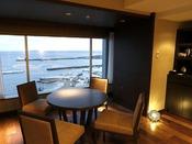 ハイフロアコンフォートのリビングスペースと海の眺め