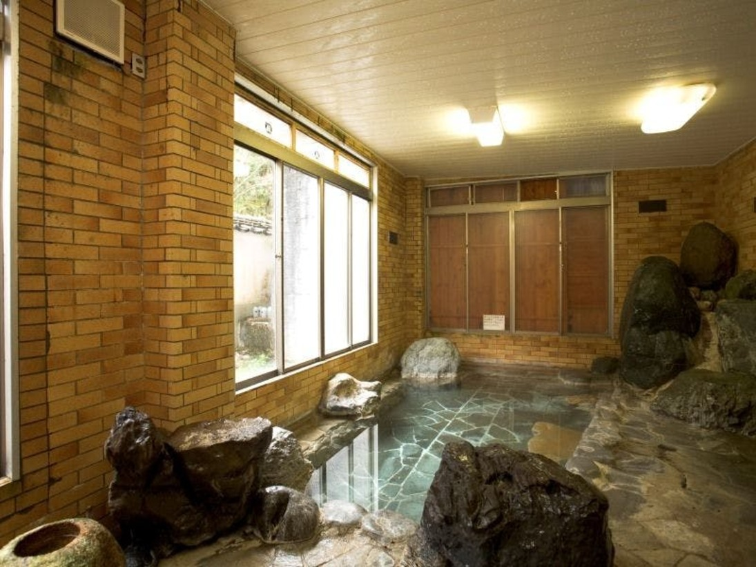 ほのかに硫黄が香る温泉。戦国大名に愛された歴史の湯は、今なお訪れる人を癒します。