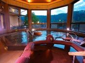 【夕霧の湯】[大浴場] 目の前にひろがる岩国の山々を眺めつつ、手足を広げてゆっくりと。