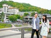 【錦帯橋】 滑らないように、と手をつないで渡るご夫婦・カップルも。