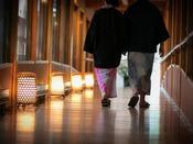 風情溢れる「錦帯橋の解体材」を用いた渡り廊下。錦帯橋を歩いた思い出を話しながら歩いてみたり。