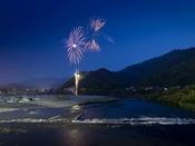 【錦側水の祭典】 毎年8月・第一土曜に錦帯橋周辺で開催される花火大会。錦帯橋とのコラボが絵になります