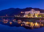 【遊覧船】 ホテルの目の前の清流・錦川では、季節に応じた遊覧船をお楽しみいただけます