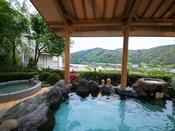【朝霧の湯】[露天風呂] 夜の幻想的な雰囲気とは違い、穏やかな朝の風景を眺めつつ楽しむ湯もおススメ♪