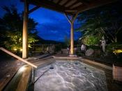 【夕霧の湯】[露天風呂] 天然温泉に身をゆだね、芯から癒されるひとときを―――。