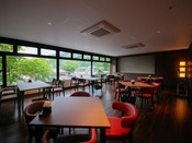 【朝食会場-ダイニング桜-】 錦帯橋や錦川を望む明るい店内。朝食は和洋多彩なバイキング!