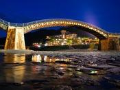 """【外観・風景】 錦帯橋は目の前。ライトアップされた """"幻想的な文化遺産"""" を、手が届く距離で堪能!"""
