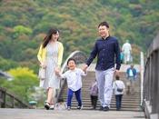 特徴的な形の錦帯橋は、小さなお子様にも好評!近くには有名なソフトクリーム屋もございます♪