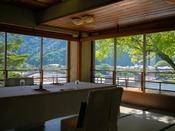 ゆったりと流れる錦川や岩国の風景を眺めつつ。岩国の郷土料理をゆっくりとお楽しみください。