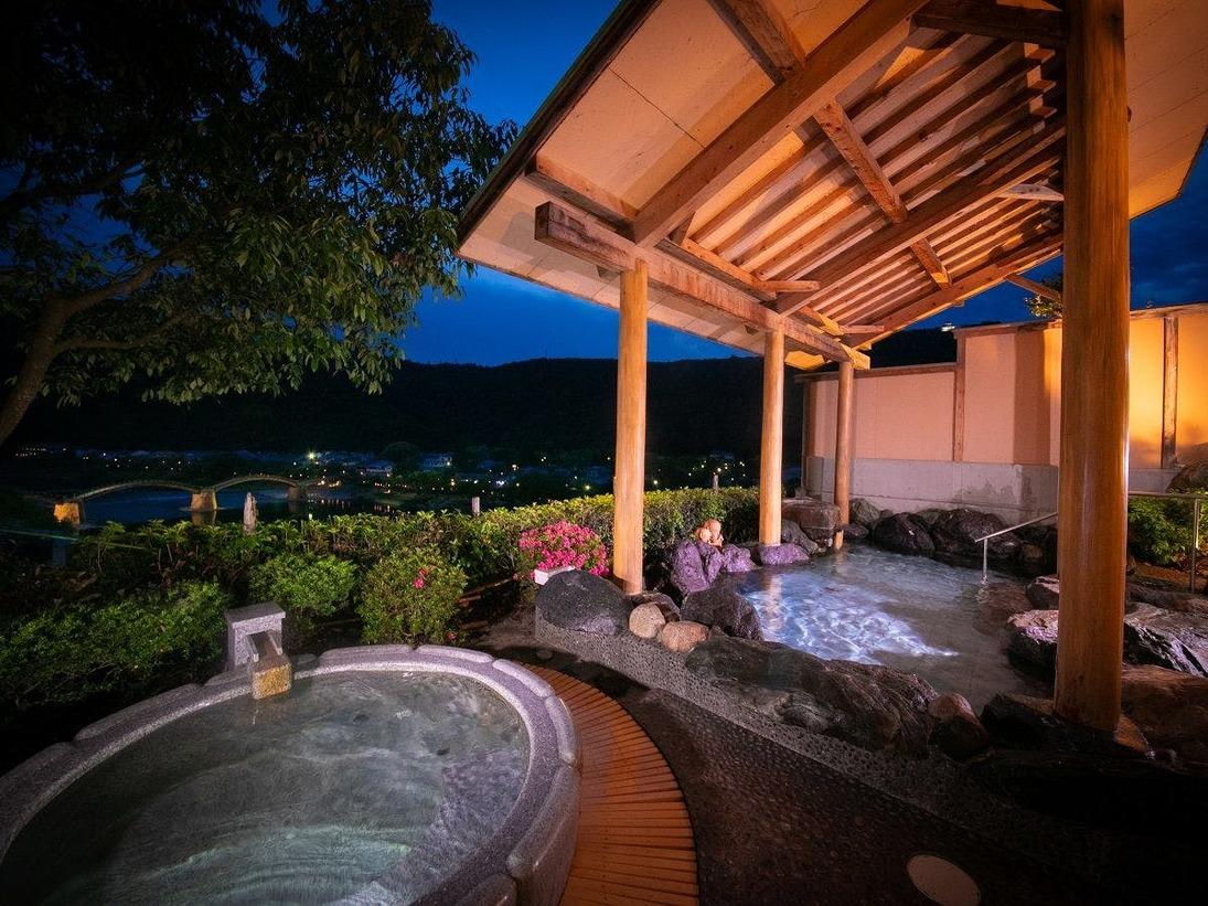 【朝露の湯】[露天風呂] 錦帯橋を望む絶景露天風呂。『美しい夜景と天然温泉』が身も心もときほぐします