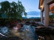 【夕霧の湯】[露天風呂] 水圧がダイエットに良いとブームになりつつある『立湯』もございます。
