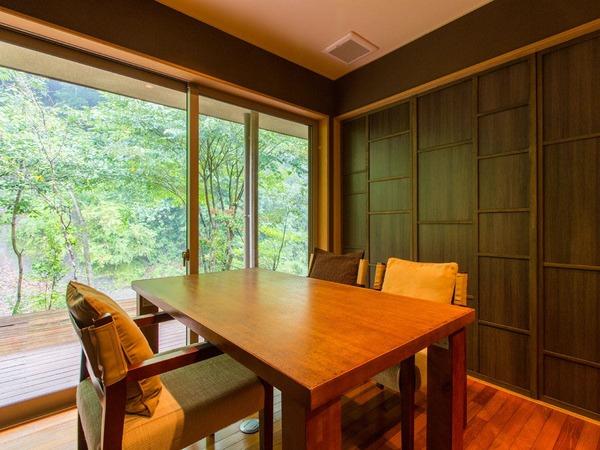 夕食 朝食共、清流を眺める個室をご用意