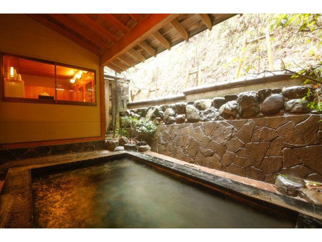 内湯には露天風呂を併設♪ごゆっくり名湯をお楽しみ下さい。