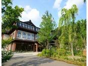 優香苑・外観※青空に趣のある白壁の本館と客室棟が映えます。