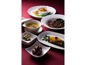 中国料理【翡翠宮】中国宮廷料理の伝統を受け継ぐ北京・上海料理の逸品をお届けします。本格的中国料理にモダンな感覚をアレンジした、ホテルならではの洗練された逸品をご賞味下さい。