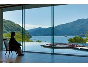 開放的なロビーから芦ノ湖を眺める
