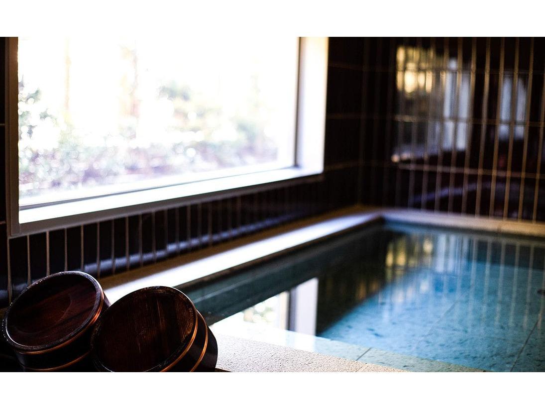 それぞれの浴堂は「朱雀」「玄武」「白虎」「青龍」と呼ばれるが、これは奈良県春日村のキトラ古墳や高松塚古墳の四方の壁にも描かれている東西南北を守る四神(守護神)からきています。