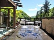 *<別邸 美月庵「月」> 湯上りはデッキで、四万の風景を眺めながら寛いで。