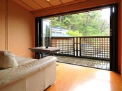 *<和邸 山王院「鶴」> 四万を見渡すテラスで、ふかふかのソファに座って、ゆったりお茶を飲んだり読書をしたり…