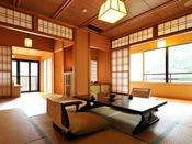 *<和邸 山王院「鶴」> 四万をみわたすテラスは、いつまでも滞在したくなる居心地の良さ。
