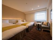 2017年夏、リニューアルしたトリプルルーム。120cm幅ベッド2台+エキストラベッドのお部屋です。ご家族旅行やグループ旅行に便利です。