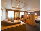 リビングスペースとベッドスペース、合わせて5平米の広々としたジュニアスィートルームです。記念日やご招待等、特別な1日に是非ご利用下さいませ。※お電話予約限定のお部屋です。 ご希望の際は、ホテルまで直接お問い合わせ下さい。