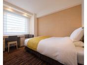 2017年夏、リニューアルしたシングルルーム(3)140cm幅ベッドが1台のお部屋です。ライティングデスクがあり、ビジネスユースに最適!