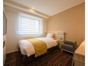 2017年夏、リニューアルしたシングルルーム(2)140cm幅ベッドが1台のお部屋です。ライティングデスクがあり、ビジネスユースに最適