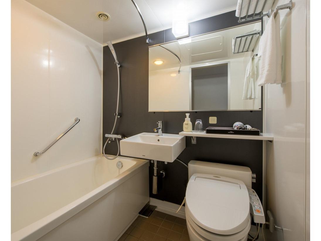 広めのバスタブと程よい水圧のシャワー。シャンプー、コンディショナー、ボティソープ、洗顔料が揃えておりますので、急な宿泊でも安心です。もちろん、トイレは洗浄機付。旅先でも快適なバスタイムを!
