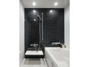 トリプルルームのバスルーム。広々浴槽に高さ調節可能なシャワーを設置