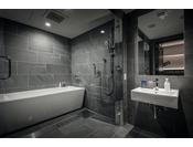 車椅子のまま入室可能な広々バスルーム。ガラス扉は全て開くことができます。