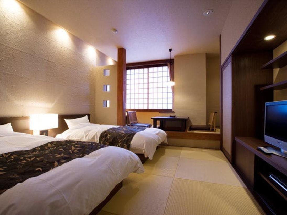 あさぎ琉球畳を使用した和室にツインベッドを配し、DVDデッキもご用意