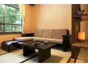 """【和室 あずまし】""""心がとろけるような安らぐ椅子""""がコンセプトの青森屋オリジナルソファ「やっこ椅子」"""