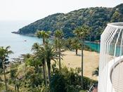 バルコニー付35平米スーペリアツイン。6階建て建物の5~6階に位置するワンランク上のお部屋タイプ。お部屋正面からの眺望は山の緑ですが、バルコニーを出て右手に海を望むことができます。上質なリゾートステイをどうぞお楽しみください。