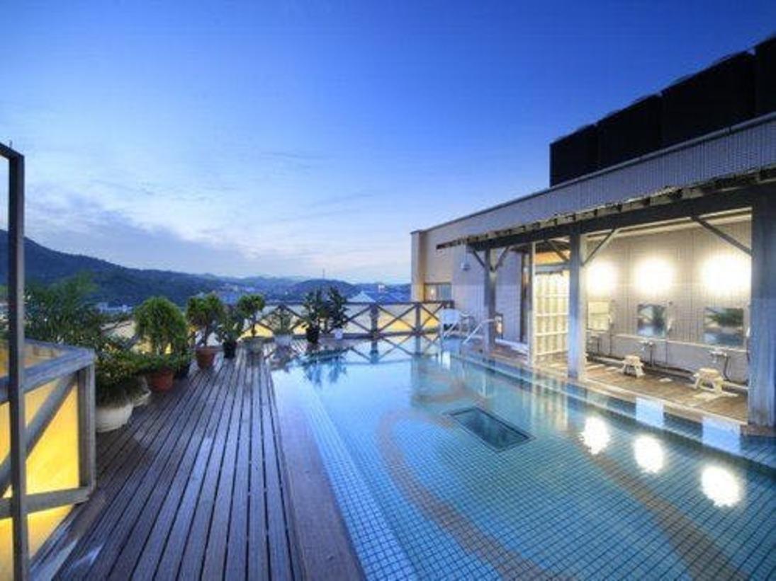 9階 空中露天風呂(男性用)夜には星空のもと、贅沢な湯浴みが愉しめる。