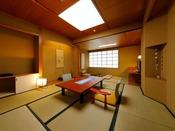 【本館和室】落ち着いた純和風タイプの寛ぎ空間。お部屋の内風呂でも嬉野温泉美肌の湯をご堪能いただけます