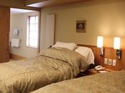 【バリアフリー】洗面所は広いスペースを確保。1台のベッドは電動式。内風呂も源泉です※禁煙部屋です。