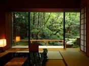 【離れ特室】和室の他に寝室もそなえたくつろぎの空間。眼前に見える庭園との絶妙な距離感