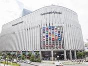 【ヨドバシカメラ梅田】ホテルより徒歩圏内。生活必需品から電化製品が揃い、飲食店も立ち並ぶ複合施設。ホテルからのアクセス方法はお気軽にお尋ねください。http://www.yodobashi-umeda.com/