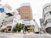 【NU茶屋町】ホテルから徒歩圏内。ハートンホテル西梅田からも徒歩で訪れることができます。お買い物からお食事までできる複合施設。アクセス方法はお気軽にお尋ねください。http://nu-chayamachi.com/