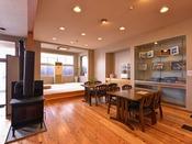 *ロビー/テーブル席と畳の空間がある憩いの場。寒い日にはストーブに灯が燈ります。