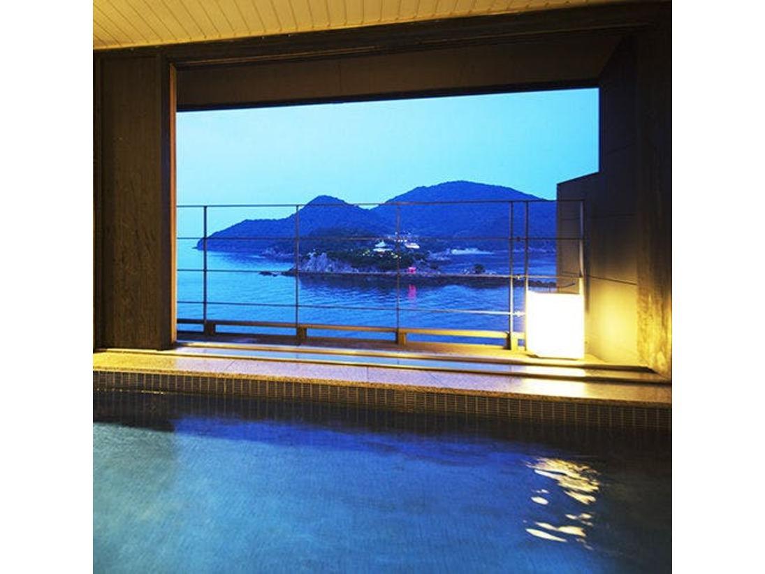 """【貸切露天風呂―南風―】海の漣に包まれて、""""仙酔島""""を眺めながらの湯の贅を。"""