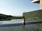 展望露天大浴場「棚雲の湯」。スクエアな棚湯が並ぶモダンデザインな露天風呂。