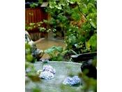 四季折々の草花を眺めながら大浴場へ